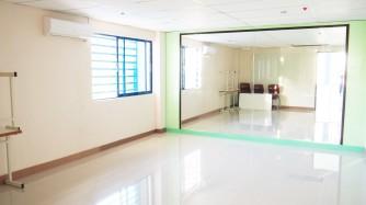 ズンバやダンスのアクティビティーができる鏡張りの大型教室