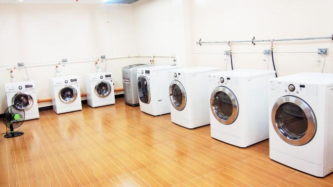 洗濯機と乾燥機がずらり